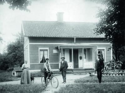Bror Hjorth tillsammans med storebror Gösta och föräldrarna i Dalboda utanför Uppsala.