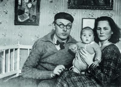Bild på Bror Hjorth tillsammans med första hustrun Tove och sonen Ole.