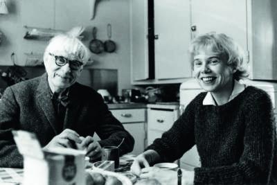 Bror Hjorth tillsammans med sin andra hustru Margareta i köket på Norbyvägen