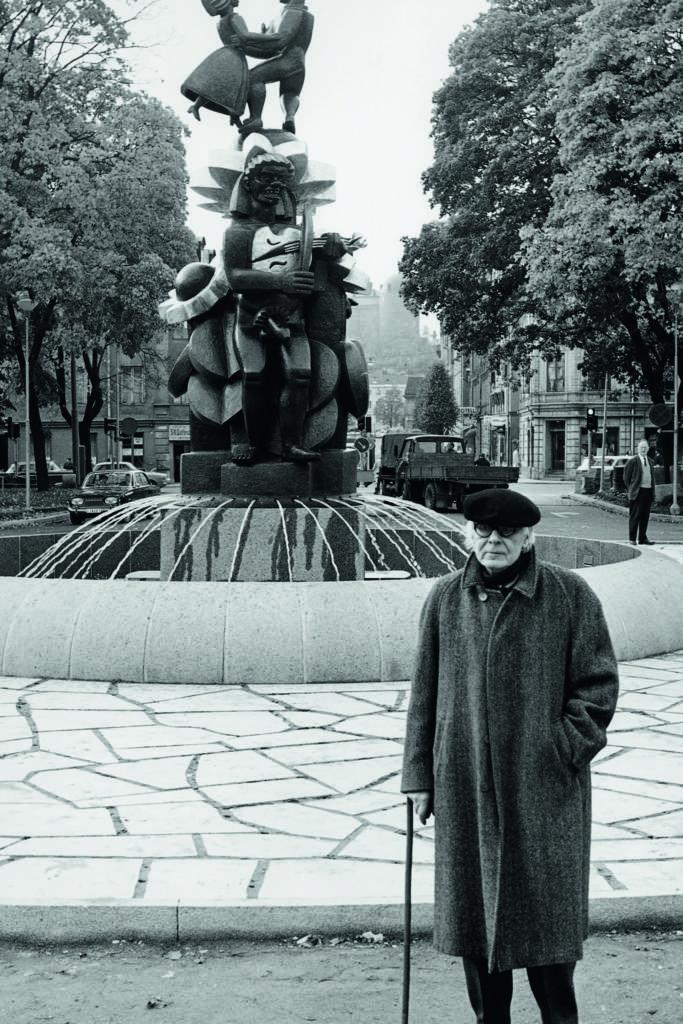 Bror Hjorth framför skulpturen Näckens polska, 1967.