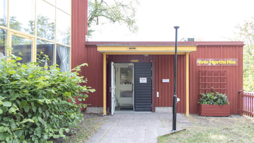 Bror Hjorths Hus entrédörrar har dörröppnare både invändigt och utvändigt: