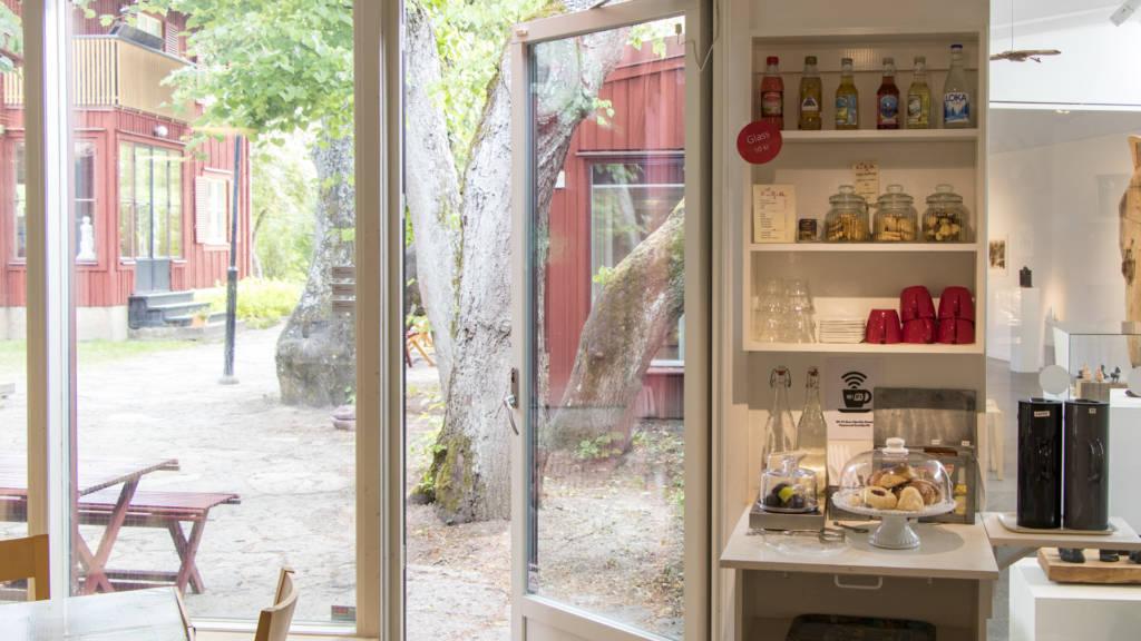 Bild på museets kaféhörna och utgång till trädgården.
