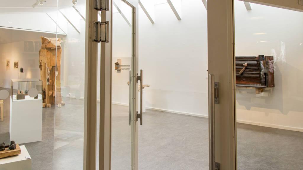 Bild på ingången till konsthallen med svängdörrar.
